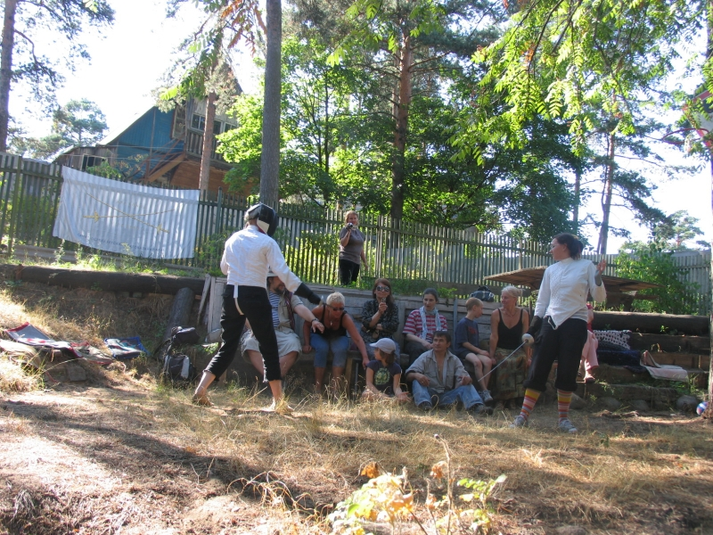 Справа Маша Чиж. Лизу Баранову просят отодвинуться от фехтующих