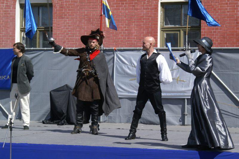 Тулякова Алина(справа)приглашает на сцену руководители фехтовальных коллективов
