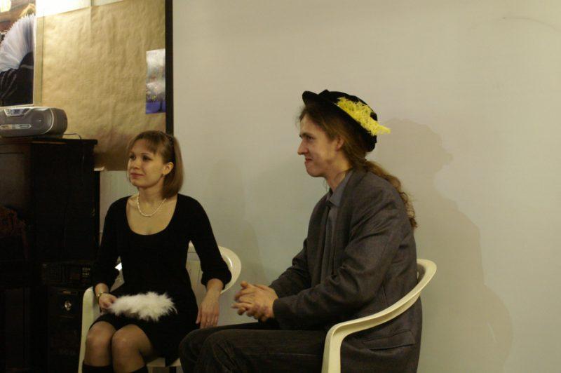 Король и королева благосклонно принимают приветствия гостей