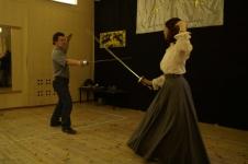 Каприлов Руслан, руководитель клуба Парад-Рипост, дает уроки фехтования Туляковой А.