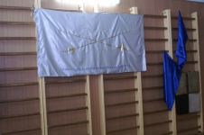 Знамя Санкт-Петербургского Фехтовального Клуба и синие флаги означают, что мероприятие проводит СПбФК.