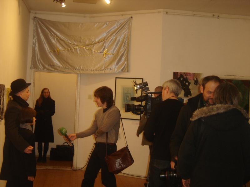 Алексей Кобылков делает репортаж для НТВ. В дверях - скульптор Мария Мануйлова