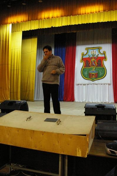 Репетицию ведёт режиссер Дмитрий Тейбер-Лебедев. Репетировали на сцене ночью.