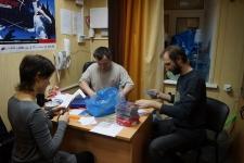 Последние приготовления:диск с фильмом День Фехтоальщика- 2011 укладывается в фирменную коробку из Медиатеки СПбФК