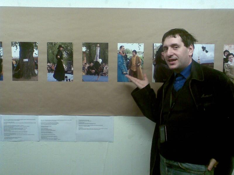 Режиссер Дмитрий Тейбер-Лебедев возле своей фотографии Михаила Шеремета