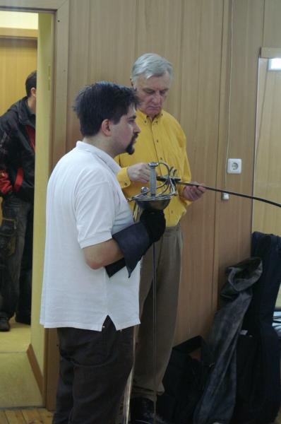 2.Александр Куссуль из клуба исторического фехтования ПАРАД-РИПОСТ показывает оружие