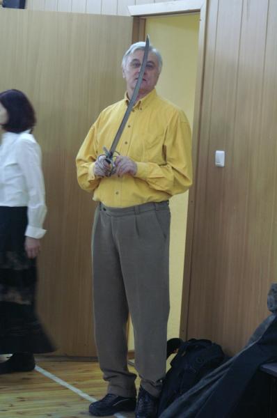 3. Жданович рассматривает реплики исторического оружия, на котором фехтуют в клубе ПАРАД-РИПОСТ