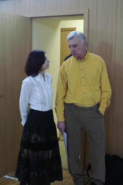 7.Алина Тулякова приглашает Виктора Францевича побеседовать за чашкой чая.